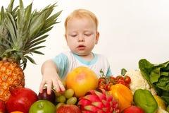 Bambina con le frutta e le verdure Immagini Stock Libere da Diritti