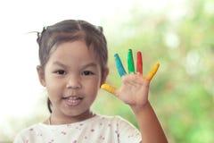 Bambina con le mani verniciate Fotografia Stock