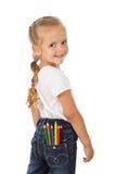 Bambina con le matite colorate in casella posteriore Fotografia Stock