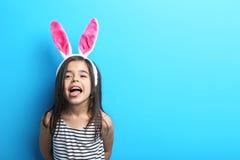 Bambina con le orecchie di coniglio immagini stock