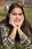 Bambina con le parentesi graffe che sorride in un campo Immagini Stock