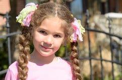 Bambina con le trecce marroni lunghe dei capelli fotografia stock libera da diritti