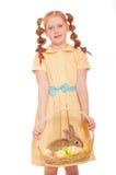 Bambina con le uova di Pasqua del coniglio della merce nel carrello Fotografia Stock