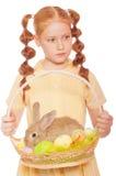 Bambina con le uova di Pasqua del coniglio della merce nel carrello Immagini Stock