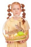 Bambina con le uova di Pasqua del coniglio della merce nel carrello Fotografie Stock Libere da Diritti