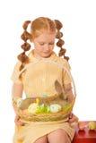 Bambina con le uova di Pasqua del coniglio della merce nel carrello Immagini Stock Libere da Diritti