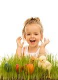 Bambina con le uova di Pasqua ed i polli del bambino Immagini Stock