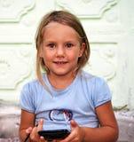 Bambina con lo smartphone Fotografia Stock