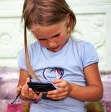 Bambina con lo smartphone Fotografia Stock Libera da Diritti