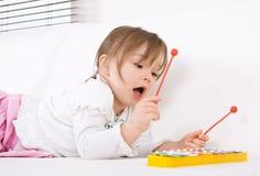 Bambina con lo strumento Fotografie Stock Libere da Diritti