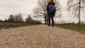 Bambina con lo zaino sul percorso