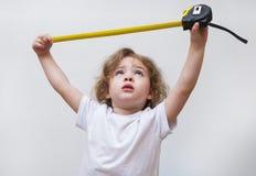 Bambina con nastro adesivo di misurazione immagini stock