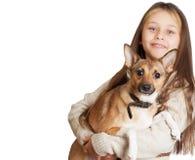 Bambina con peli lunghi che tengono un cane Fotografie Stock Libere da Diritti