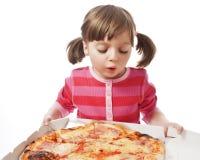 Bambina con pizza in una casella di carta aperta Fotografia Stock