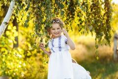 Bambina con pregare La pace, speranza, sogna il concetto ritratto di piccola bella ragazza nella natura immagine stock libera da diritti