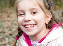 Bambina con sbocciare del cespuglio Fotografie Stock