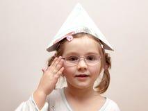 Bambina con un cappello di carta fotografie stock libere da diritti