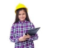 Bambina con un casco e una lavagna per appunti gialli isolati su bianco fotografie stock libere da diritti
