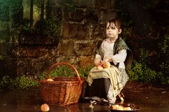 Bambina con un cestino delle mele Immagine Stock Libera da Diritti