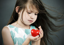 Bambina con un cuore Fotografia Stock