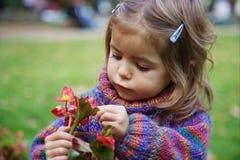 Bambina con un fiore immagini stock libere da diritti