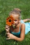 Bambina con un fiore Fotografia Stock