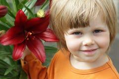 Bambina con un giglio Fotografie Stock