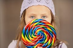 Bambina con un lollipop Immagine Stock