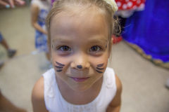 Bambina con un modello sul fronte Immagine Stock Libera da Diritti