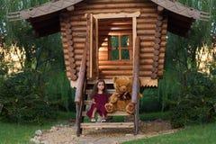Bambina con un orso di orsacchiotto Fotografie Stock