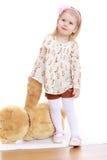 Bambina con un orso di orsacchiotto immagine stock libera da diritti