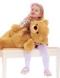 Bambina con un orso di orsacchiotto fotografia stock