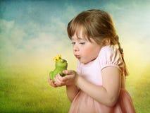 Bambina con un principe della rana Fotografia Stock