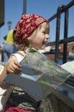 Bambina con un programma della città. corsa immagini stock libere da diritti