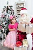 Bambina con un regalo in mani Immagine Stock Libera da Diritti