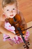 Bambina con un violino - vista superiore Immagine Stock