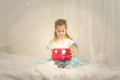 Bambina con una casella brillante Immagine Stock