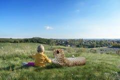 Bambina con una grande pantera su un'alta collina Fotografie Stock