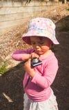 Bambina con una macchina fotografica fotografia stock libera da diritti
