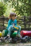 Bambina con una macchina fotografica del giocattolo nel processo creativo Immagini Stock Libere da Diritti