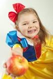 Bambina con una mela fotografia stock