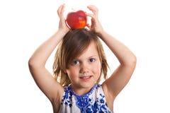 Bambina con una mela sulla sua testa Immagini Stock Libere da Diritti