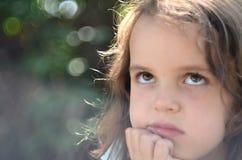 Bambina con uno sguardo premuroso fotografie stock libere da diritti