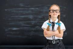 Bambina contro la lavagna immagini stock libere da diritti