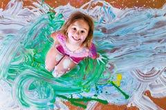 Bambina creativa divertendosi con la pittura Fotografia Stock