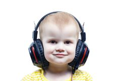 Bambina in cuffie che ascolta l'audio fotografia stock libera da diritti