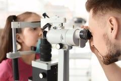 Bambina d'esame dell'oftalmologo fotografie stock libere da diritti