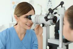Bambina d'esame dell'oftalmologo fotografia stock libera da diritti