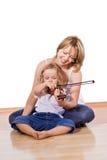 Bambina d'istruzione della donna per giocare il violino Immagini Stock Libere da Diritti