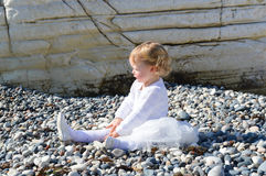 Bambina da solo sulla spiaggia fotografia stock libera da diritti